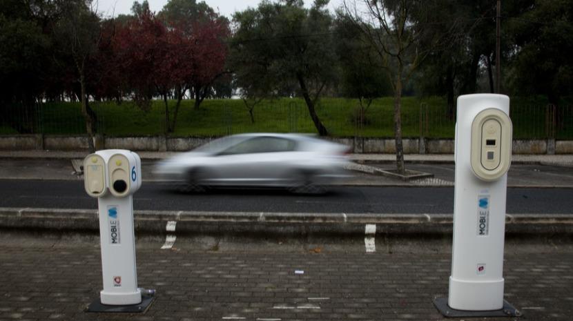 Carregamento normal de veículos elétricos em postos públicos pago a partir de julho