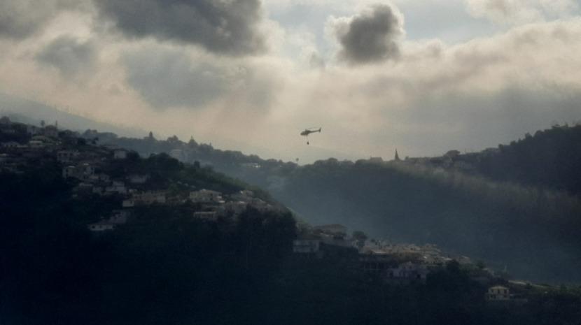 Fumo intenso devido ao incêndio na zona do Vasco Gil. Helicóptero ajuda no combate