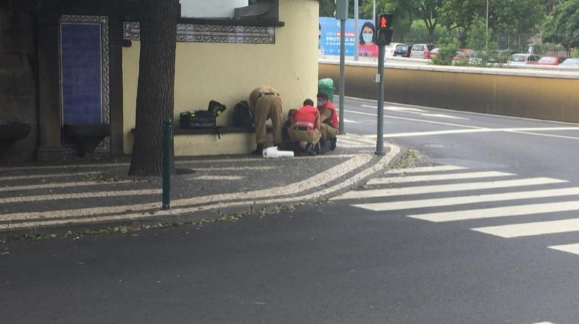Mulher vítima de queda socorrida na Rua 5 de Outubro