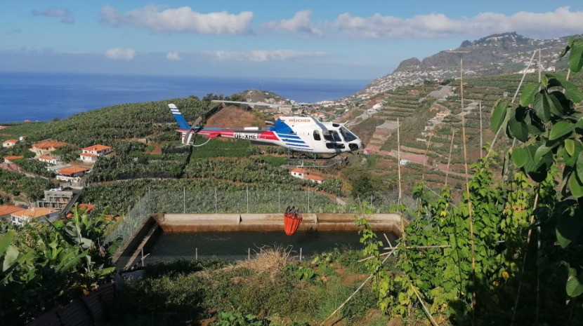 Imagens mostram helicóptero a abastecer para combater chamas na zona do Vasco Gil (com vídeo)