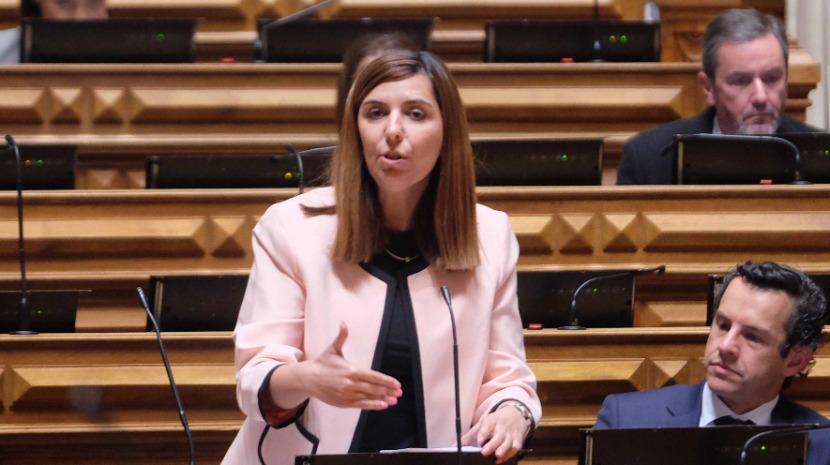 """Sara Madruga da Costa: """"Vai ou não o Governo conceder o aval como é devido e justo à Madeira?"""""""